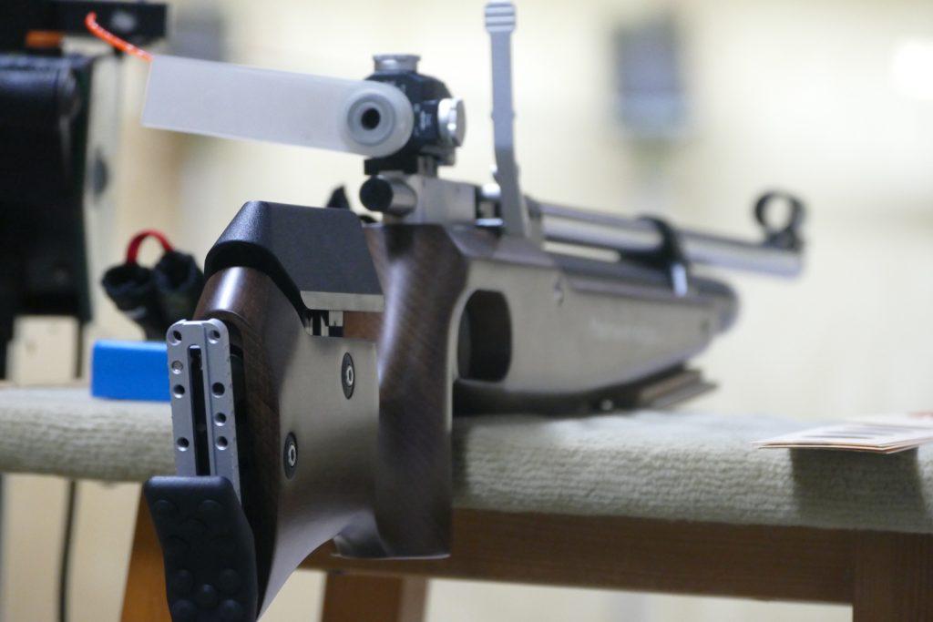 Luftgewehr mit Diopter und daran befestigt eine Blende für das nicht-zielende Auge