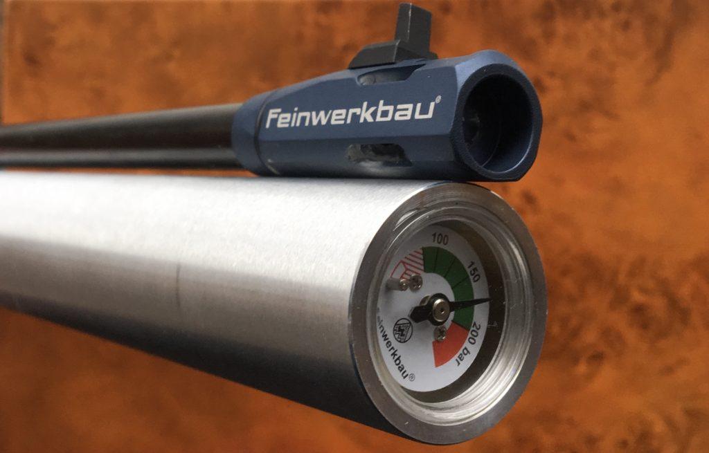 Luftpistole mit Ansicht der Druckluftkartusche mit Manometer