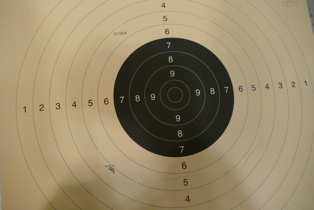 Eine Schießscheibe mit schwarzem Spiegel für die Pistolendisziplin 25m.